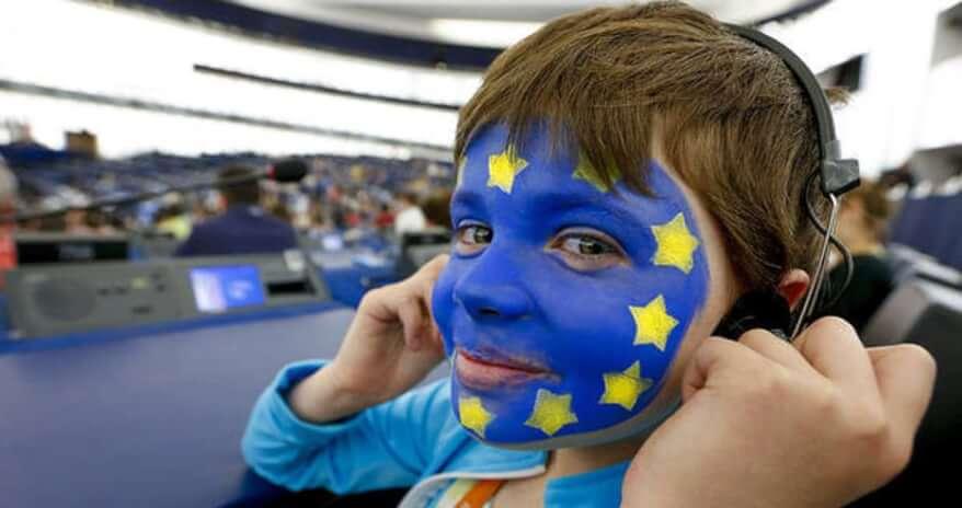 bambino con faccia colorata da bandiera europea